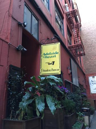Adelaide Hostel: 小さい路地を入ったところに入口があります。
