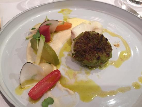 AUBERGE DE LA CHARME : Le poisson en croute de pistache et sa déclinaison de navets et carottes