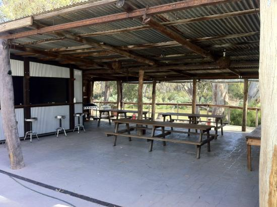 Tindarra Resort: BBQ and bar area beside the river