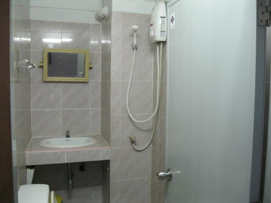 Bella Bella House: Baño de habitacion doble,ducha electrica