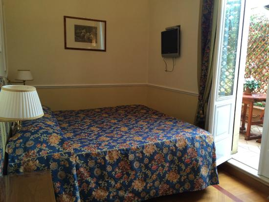Residenza Cellini: lovely room decor, pretty private terrace