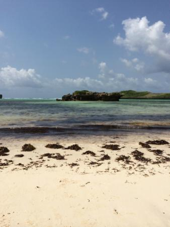 Tembo Village Resort Watamu: Across the street, a slow 10 minute stroll from this clean bay with tidal pools.