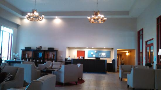 Holiday Inn Express Hotel & Suites Olathe North: Lobby