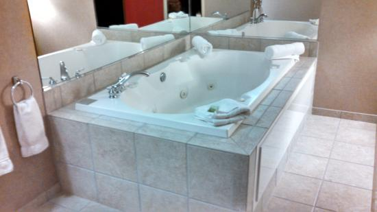 Holiday Inn Express Hotel & Suites Olathe North: king suite jacuzzi