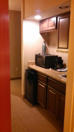 Holiday Inn Express Hotel & Suites Olathe North: kitchen area