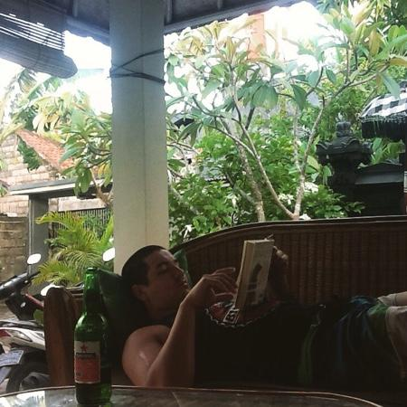 Puri Clinton Home Stay: Relaxing in the Gazebo! Bintang and a good book!