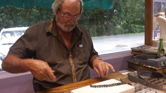 Pai Moana Perles : Peter Sr. restringing my wife's pearls