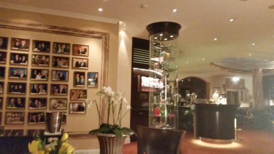 Bülow Palais: Hotelzimmer und Bereich Bar