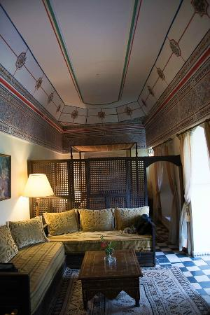 Riad Hida: Sitting area towards bedroom Pasha suite
