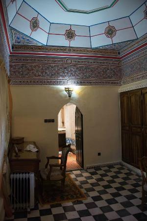Riad Hida: Sitting area towards bathroom Pasha suite