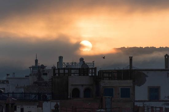 Riad Mimouna: Mist coming at sunrise from roof terrace