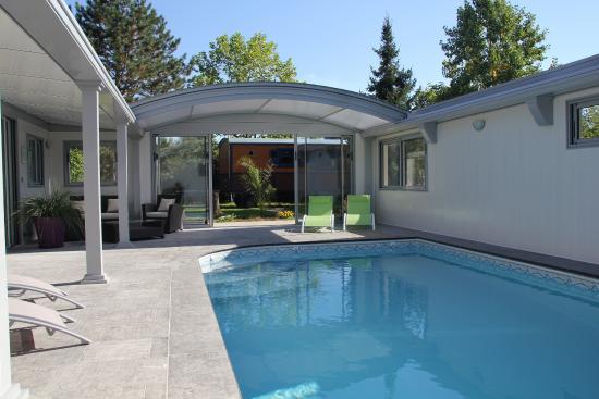 La Roulotte du Domaine de Meigné : Espace piscine chauffée toit ouvert
