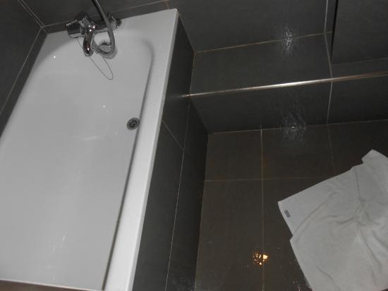 Hotel Villa Margaux Opera Montmartre: Нет шторки. После душа весь пол залит водой.