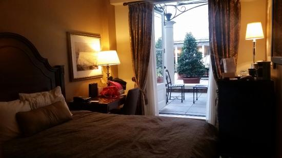 Omni Royal Orleans: Small room but very intimate. It makes couple time enjoyable.