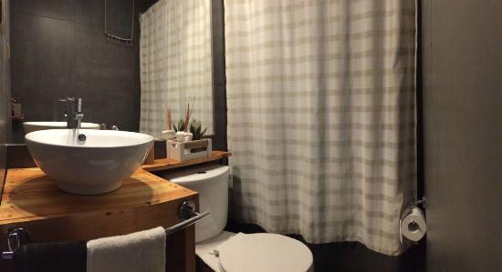Hostal Pueblo de Tierra: baño habitaciones