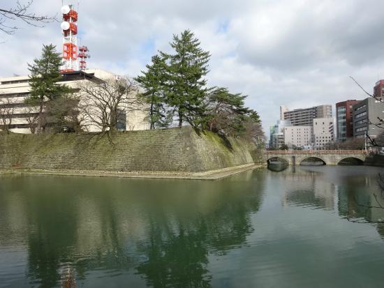Fukui Castle Ruins : 立派な石垣とお堀があります。ただ、中は県庁です。