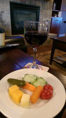 Noble Inn: Fireside snack in the Lobby   yum!