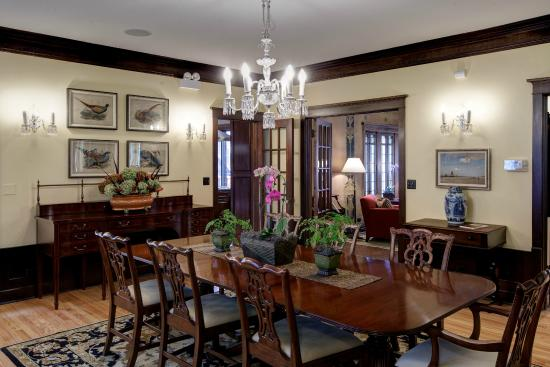 Lang House Bed and Breakfast: Dining Room table can seat twelve guests
