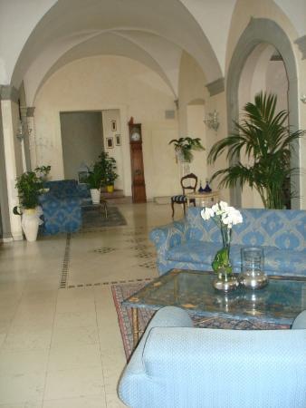 Villa Sonnino: foyer. i think