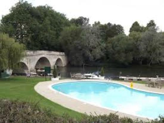 Outdoor pool picture of shillingford bridge hotel - Uk hotels with outdoor swimming pools ...