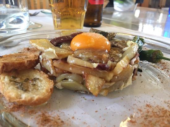 Cim: Huevos rotos con patata, alcachofa y jamón ibérico