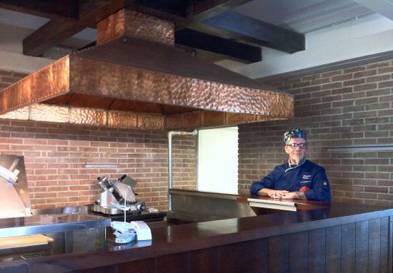 Lo chef Alessandro Pugliese e l\'antica cappa di rame cesellato ...
