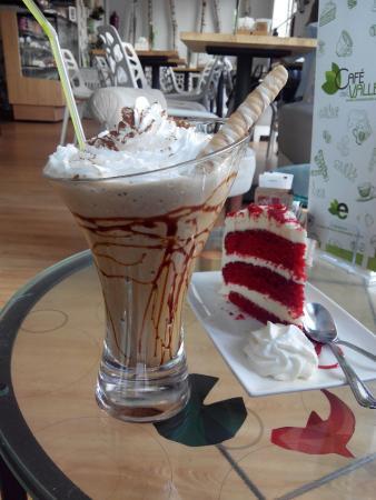 Café del Valle: Frappé de vainilla y tarta red velvet, una de mis favoritas!