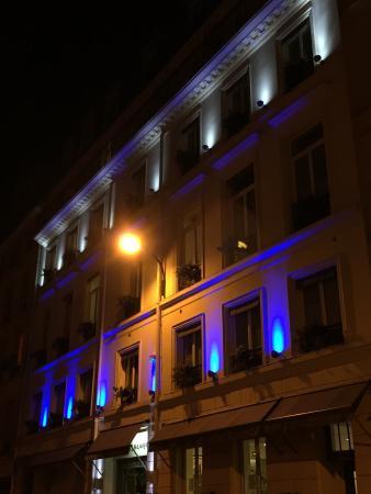 Hotel Alhambra: Facciata hotel. Strada secondaria molto tranquilla.
