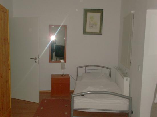 Donau Grill Restaurant-Pension: Zimmer 1. Bett
