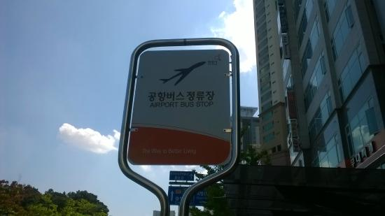 The Shilla Seoul: Airport Shuttle Bus Stop Outside Hotel