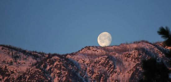 Cashmere Mountain Bed & Breakfast: Sunrise-Moonset from the deck of our bed and breakfast!