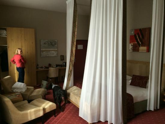 avec les rideaux autour du lit photo de hotel verviers van der valk verviers tripadvisor. Black Bedroom Furniture Sets. Home Design Ideas