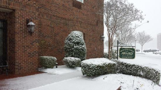 Homewood Suites by Hilton Huntsville-Village of Providence: Snow at the Homewood Suites Village of Providence