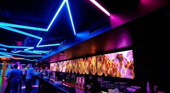 Overtime Night Club: длинная барная стойка и еще 3