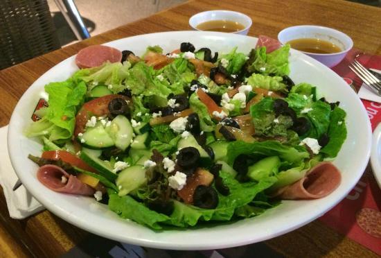 Shakey's : Салат греческий в большой миске.