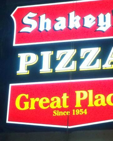 Shakey's : Вывеска ресторана.