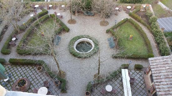 Palazzo Ravizza: Il giardino visto dalla finestra