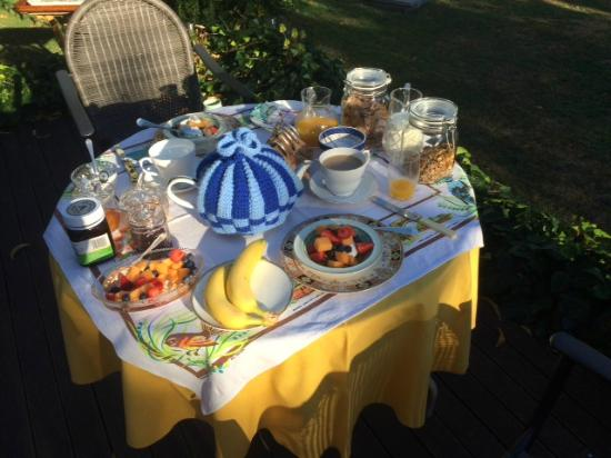 Ah House Accommodation: Breakfast outdoors