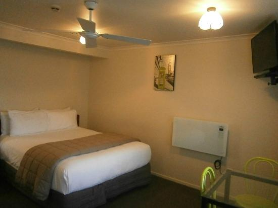 BK's Settlers Motor Lodge: Bed & small table