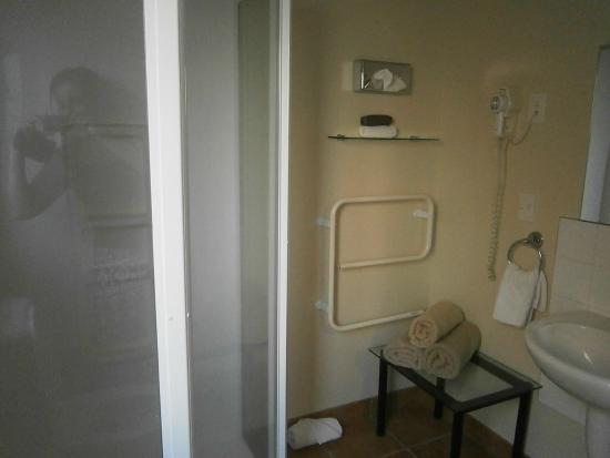 BK's Settlers Motor Lodge: Bathroom