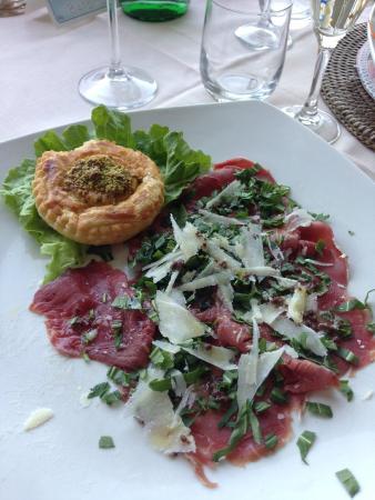 Hotel Conca Azzurra : Carpaccio di manzo alla rucola e scaglie di parmigiano con sfogliatina di verdura
