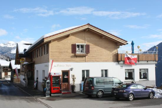 Fanas, Switzerland: Showing the guesthouse and cable-car