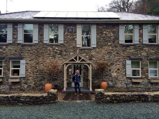 Afon Gwyn Country House: Carl posing outside!
