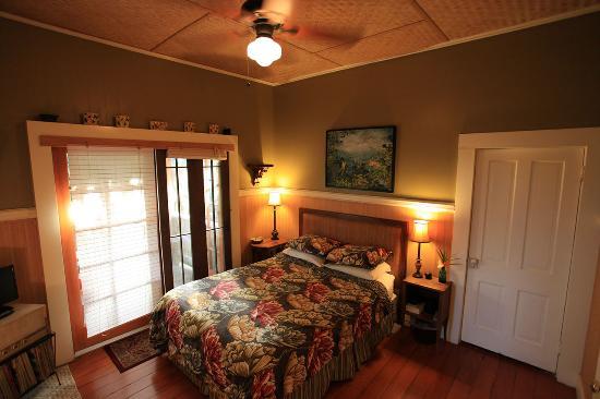 Hilo Bay Hale Bed & Breakfast: Bed Room