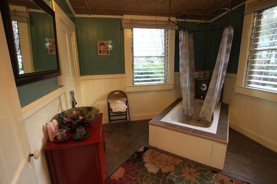 Hilo Bay Hale Bed & Breakfast: Bath room