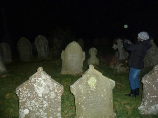 Skirrid Mountain Inn: graveyard