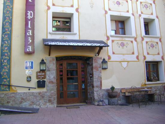 Hotel Plaza: fachada de la planta baja del hotel