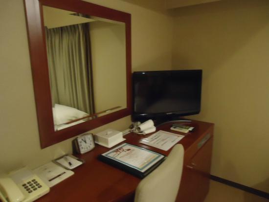 Shizuoka Grand Hotel Nakajimaya: 部屋のテーブル、テレビ