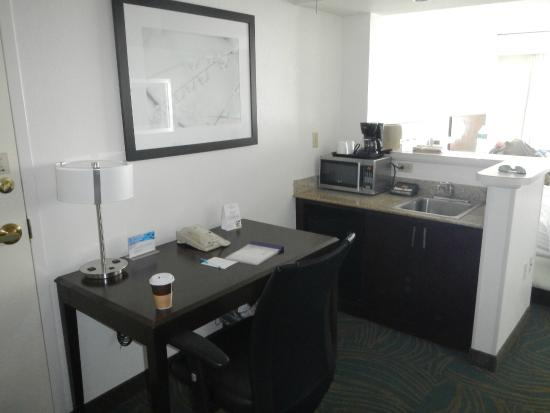 SpringHill Suites Fort Lauderdale Airport & Cruise Port : Work Space/Kitchenette