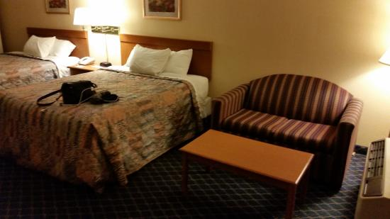 Days Inn Asheville North: 2 queen beds and sleeper sofa